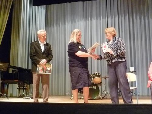 Friedensbotschaften für Tschernobyl aus Israel</p><br /><br /><p>Elisabeth Schmelzer überreicht der Zeitzeugin Ludmilla Kusmina eine Friedensbotschaft aus Israel. Links- Hartmut Karge<br /><br /><br />