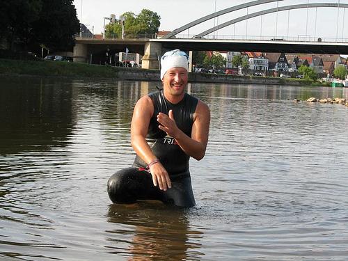 Heinz Ratz  nach 20km schwimmen, kommt er topfit am Weserstrand Kanzlerweide in Minden an