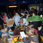Über 1000 motivierte SchnipplerInnen haben am Freitag mit uns und Fläming Kitchen, Aktion Agrar, Slow Food Youth Deutschland, Die Bäcker. Zeit für Geschmack e.V. und Nyéléni newsletter for Food Sovereignty die Schnippeldisko gerockt! Es war ein großartiges Fest
