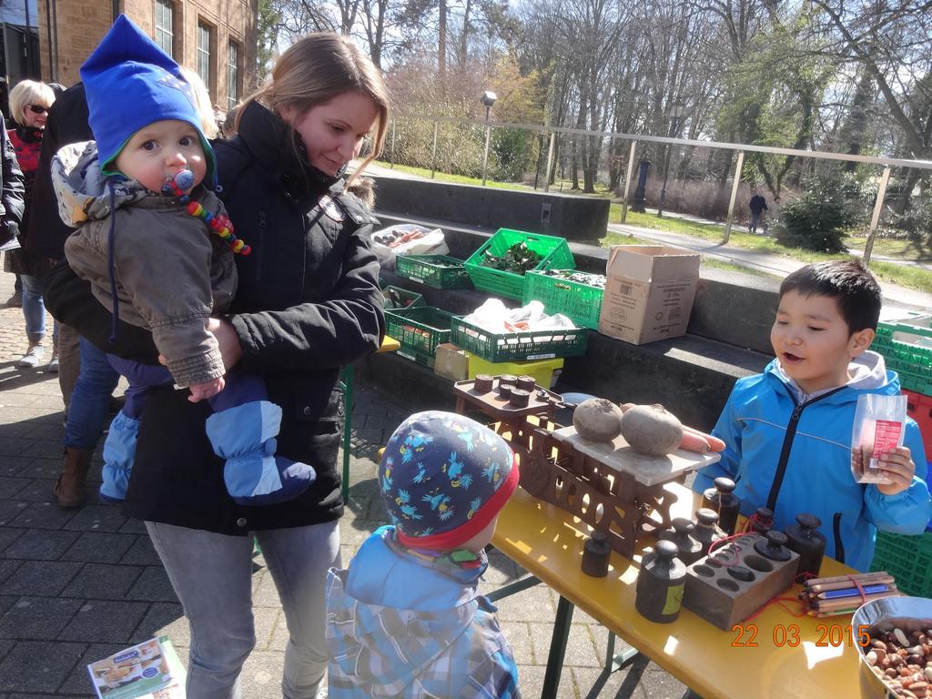 Wiegen wie anno dazumal. Für Kinder und Erwachsene ein Erlebnis auf der Schnippelparty in Bad Oeynhausen