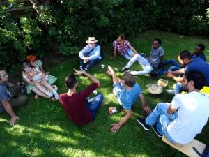 Der Mobilisierung gegen Geflüchtete muss sich aktiv entgegengestellt werden. Begegnungen schaffen mit Einheimischen. An der Schnittstelle zwischen gemeinschaftlichem Naturerlebnis, gelebtem Umweltschutz und gesellschaftlicher Teilhabe setzen sich die Aktiven für ein nachhaltiges Miteinander von Menschen aus allen sozialen und kulturellen Schichten ein.