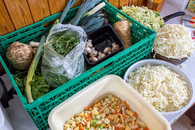 """Das Thema Lebensmittelverschwendung wird öffentlich diskutiert. 2011 sorgte der Dokumentarfilm """"Taste the Waste"""" für Aufmerksamkeit. """"Brot für die Welt"""", EED und Slow Food luden unter dem Motto """"Teller statt Tonne"""" zu bundesweiten Aktionen gegen Lebensmittelverschwendung ein. 2012 startete das Bundesministerium für Ernährung, Landwirtschaft und Verbraucherschutz (BMELV) eine Kampagne zur Bewusstseinsbildung mit dem Motto """"Zu gut für die Tonne""""."""