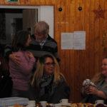 Unsere Weihnachtsfeier war tausendschön. 82 Personen hatten sich angemeldet. Bei Kaffee, Tee und Kuchen wurde in Erinnerungen geschwelgt, Filme & Dias aus 2016, im Kerzenschein Freude und Gespräche geschürt, der Märchenfrau gelauscht, gemeinsam,singen,summen, tanzen, uns selbst beschenken mit dem, was auf dem Verschenketisch lag. Hashim hat für das Gartentagebuch Geschichten geschrieben, die er vorlesen wird. Susanne leitet den musikalischen Teil und wird mit Svenja singen. Der Alevitische Chor ergänzt das internationale Musikprogramm. Weihnachtliches zum Mitnehmen darf gestaltet werden und vieles mehr.
