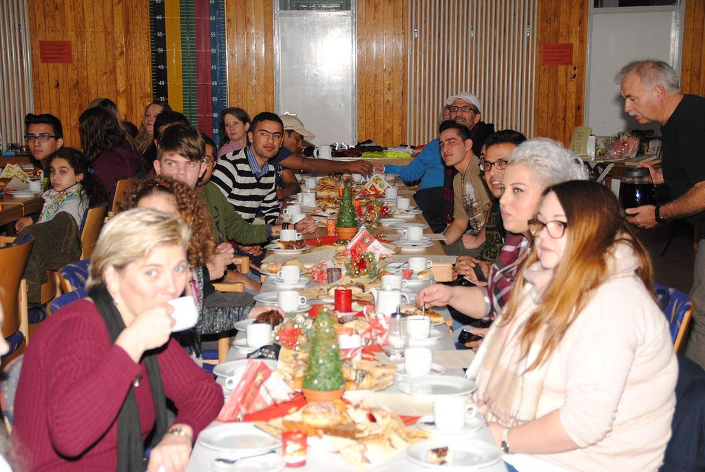 Menschen aller Religionen, Kulturen gemeinsam an den langen Tischen