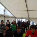 Viele Menschen im Zelt